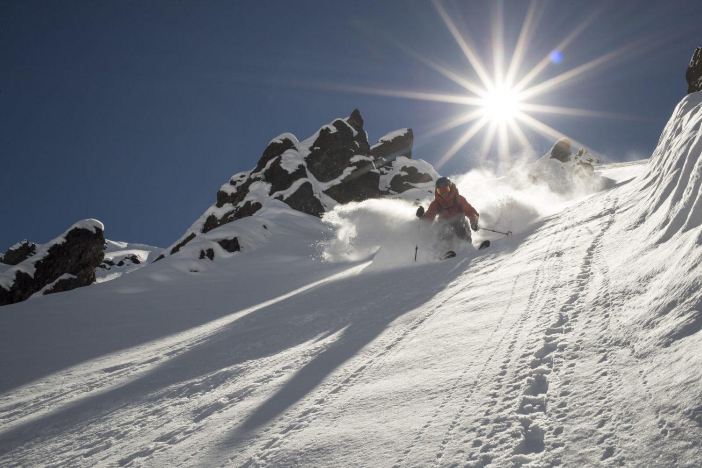 Pessoa descendo montanha de neve em esqui, no Valle Nevado. Foto do site oficial Valle Nevado.