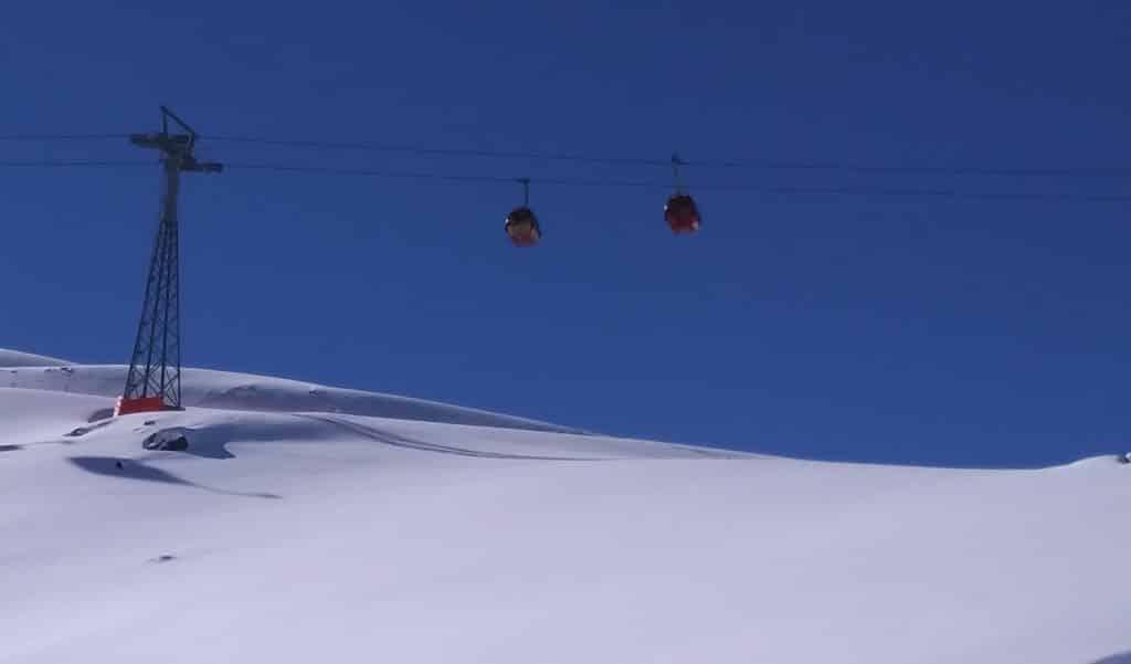 Vista de duas gôndolas andando em teleférico do Valle Nevado, no Chile