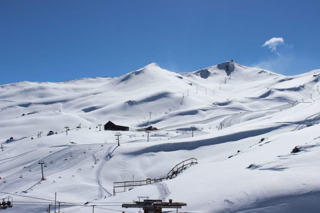 Vista das montanhas cobertas de neve, na área das pistas de esqui e snowboard do Valle Nevado, no Chile. Foto do site oficial Valle Nevado