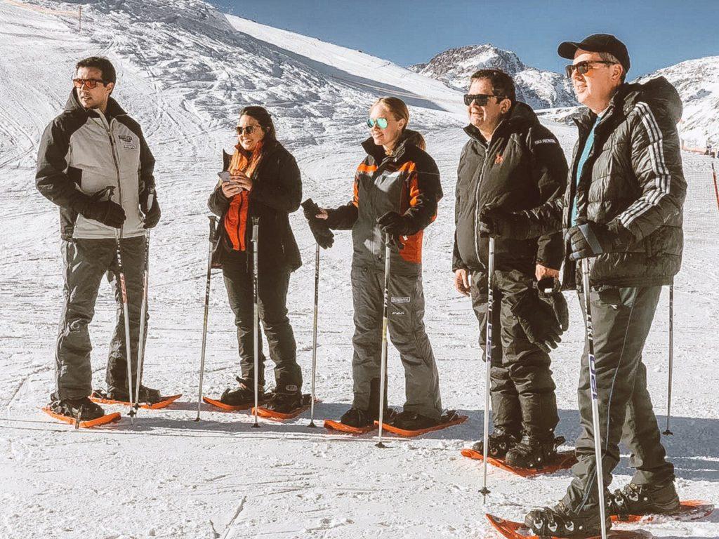 Grupo de pessoas que participaram da caminhada com raquetes de neve no Valle Nevado. Foto de Bruno de Tavares.