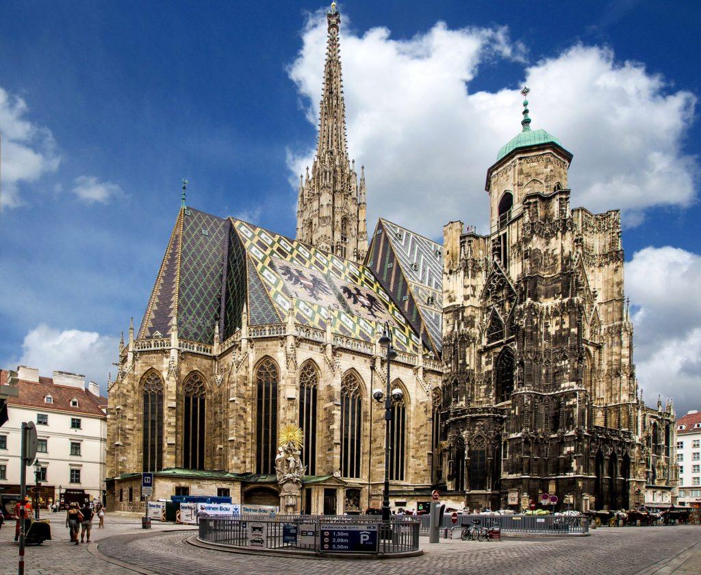 Foto da arquitetura externa de estilo gótico da Catedral de São Estevão, em Viena, na Áustria.