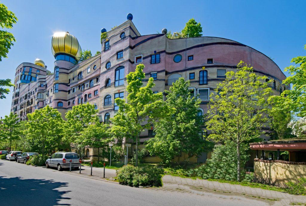 Vista da arquitetura exótica do artista austríaco Friedensreich Hundertwasser, em Viena pontos turisticos