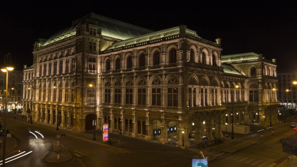 Vista do prédio da Ópera de Viena todo iluminado à noite