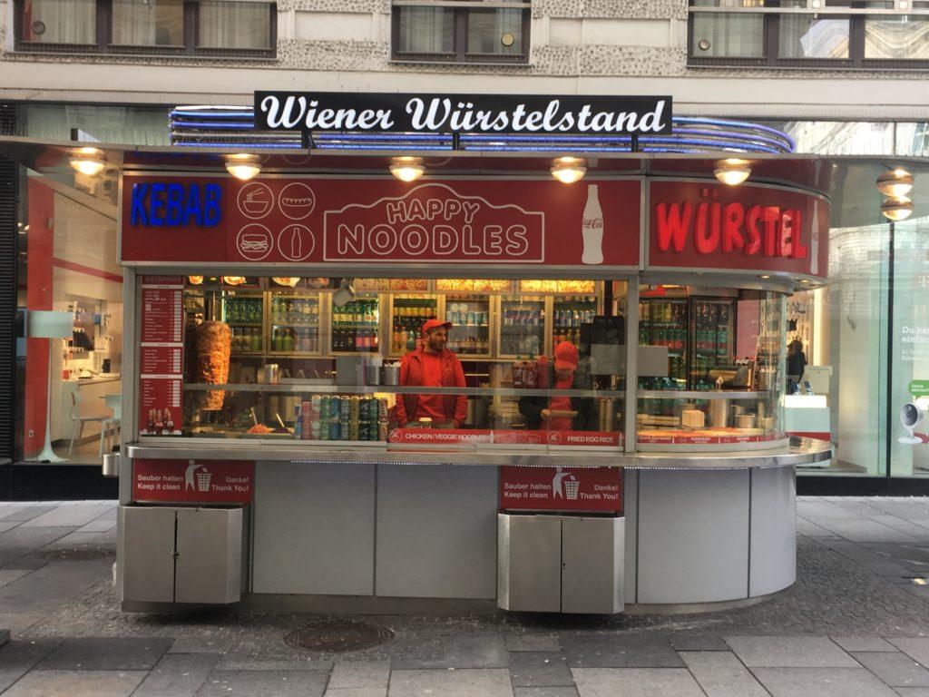 O wurstelstand, quiosques que vendem vários tipos de linguiças nas ruas de Viena