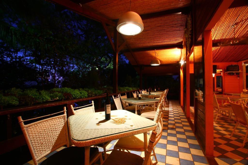 Foto de mesas e cadeiras na Pousada Zé Maria em Noronha
