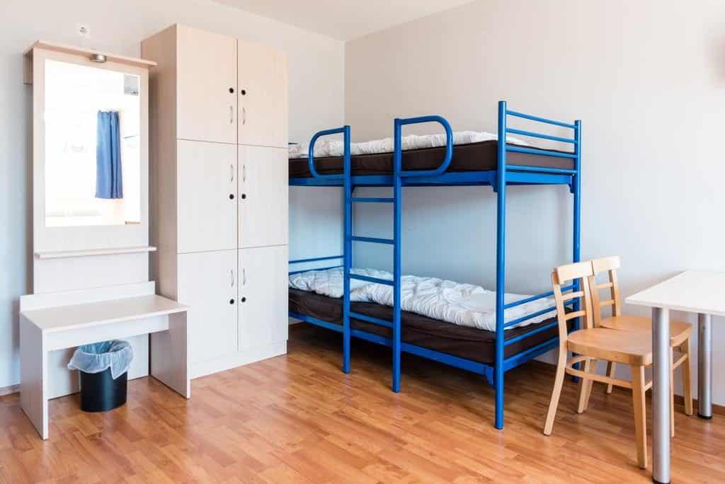 Beliche e armário do quarto compartilhado no hotel a&o Wien em Viena