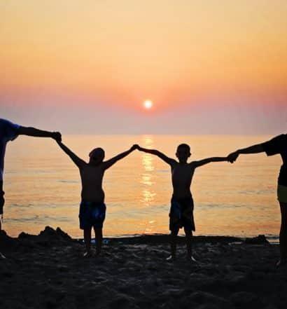 April Seguro Viagem - família na praia