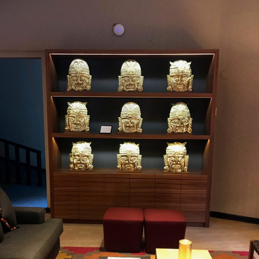 As máscaras incas douradas na decoração do hotel