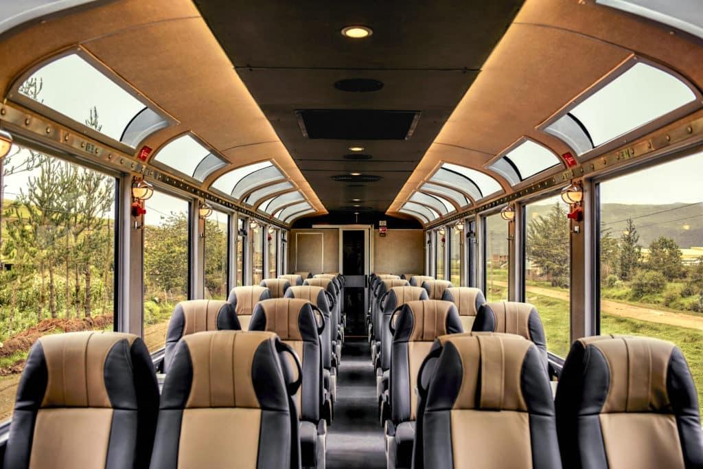 Assentos do vagão 360º da Inca Rail.