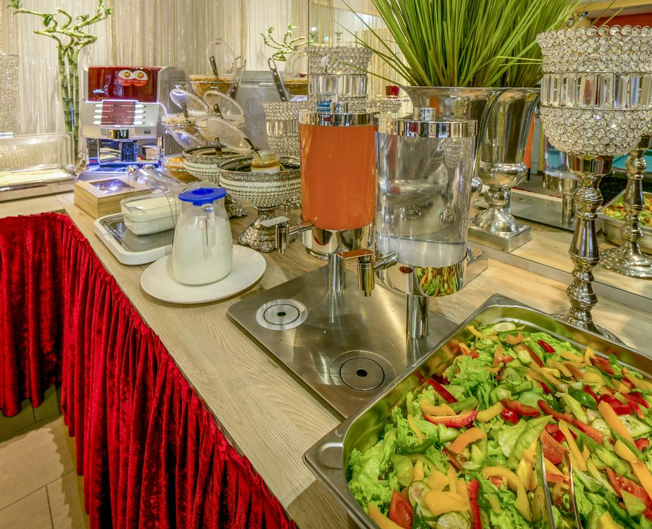 Buffet de café da manhã no a&t Holiday Hotel