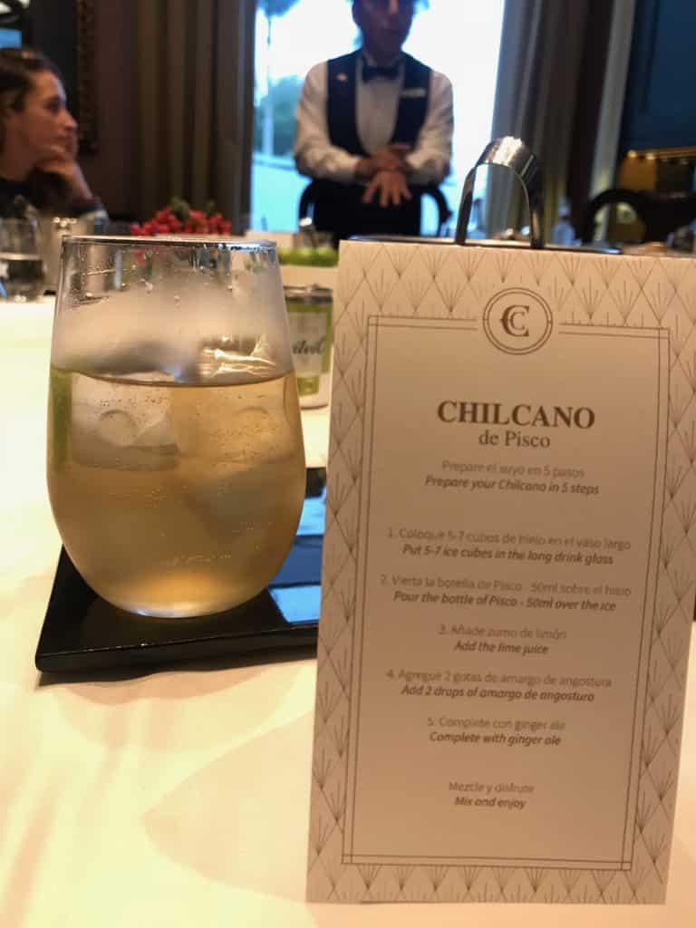 Foto de copo com chilcano, bebida típica, e carta com o passo a passo da preparação da bebida.
