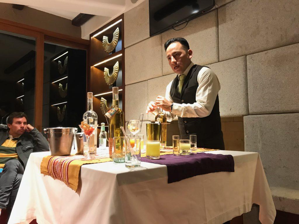 Funcionário do Sumaq dá aula de bebidas com Pisco Sour