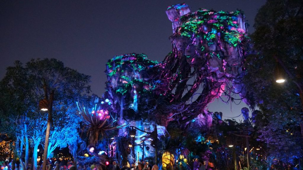 Foto das montanhas flutuantes da área de Pandora Disney durante a noite, com luzes coloridas decorando
