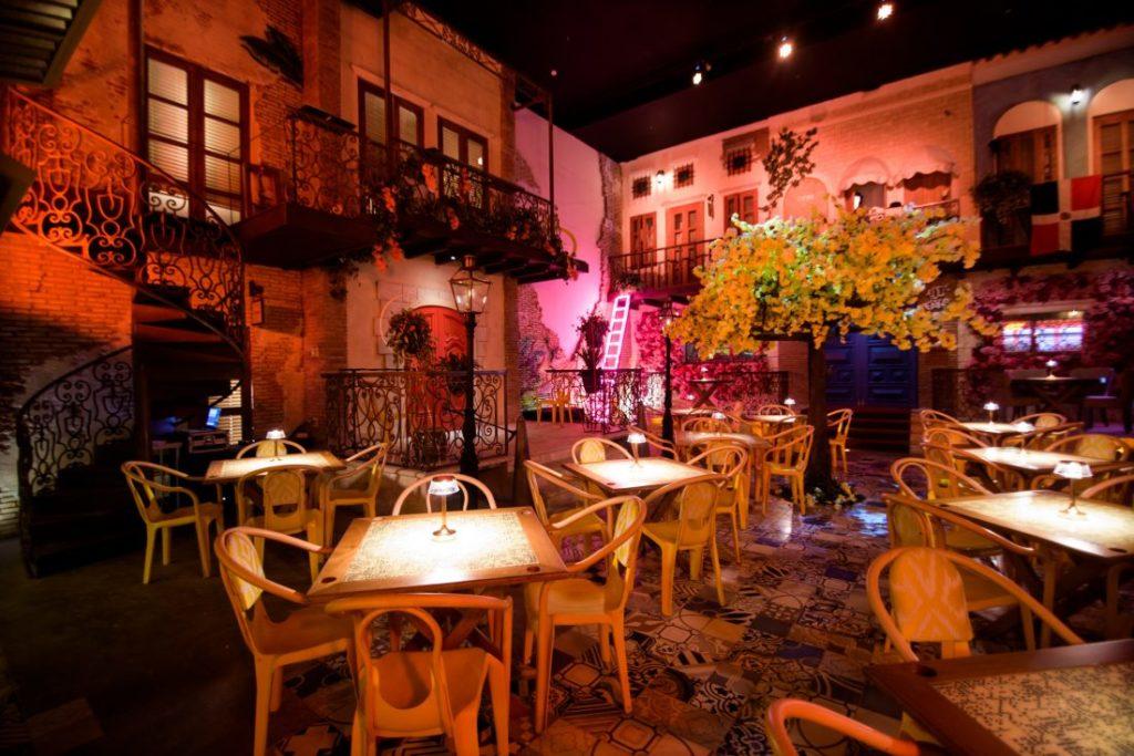 O romântico Bachata Rosa com meia luz, ideal para um jantar em lua de mel em Punta Cana