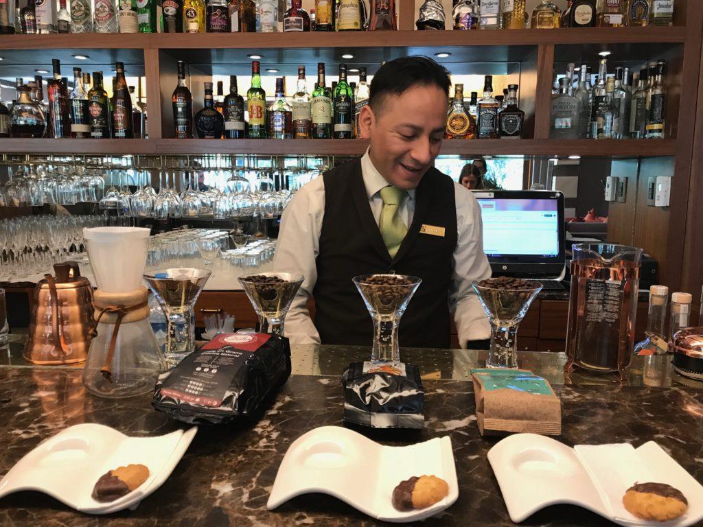 barista explicando sobre os cafes peruanos