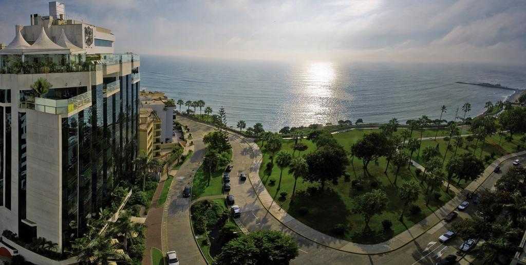 Um dos hoteis de luxo em Lima, o Belmond Miraflores localizado em área arborizada e ao lado da orla da praia.