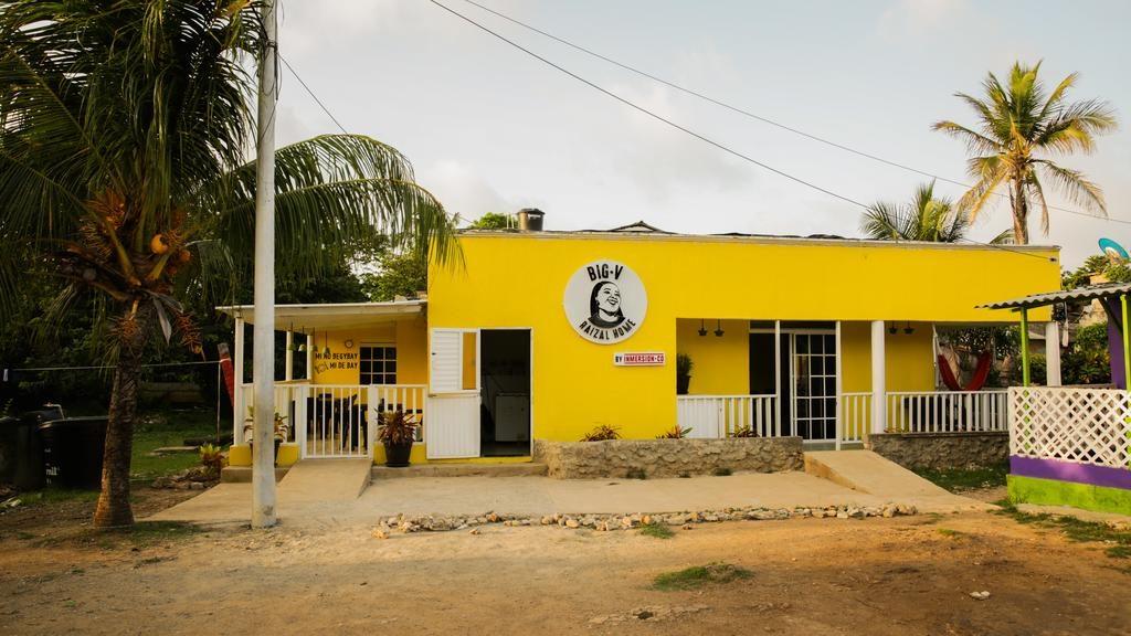 Fachada do Big V Raizal, hostel econômico para ficar em San Andres