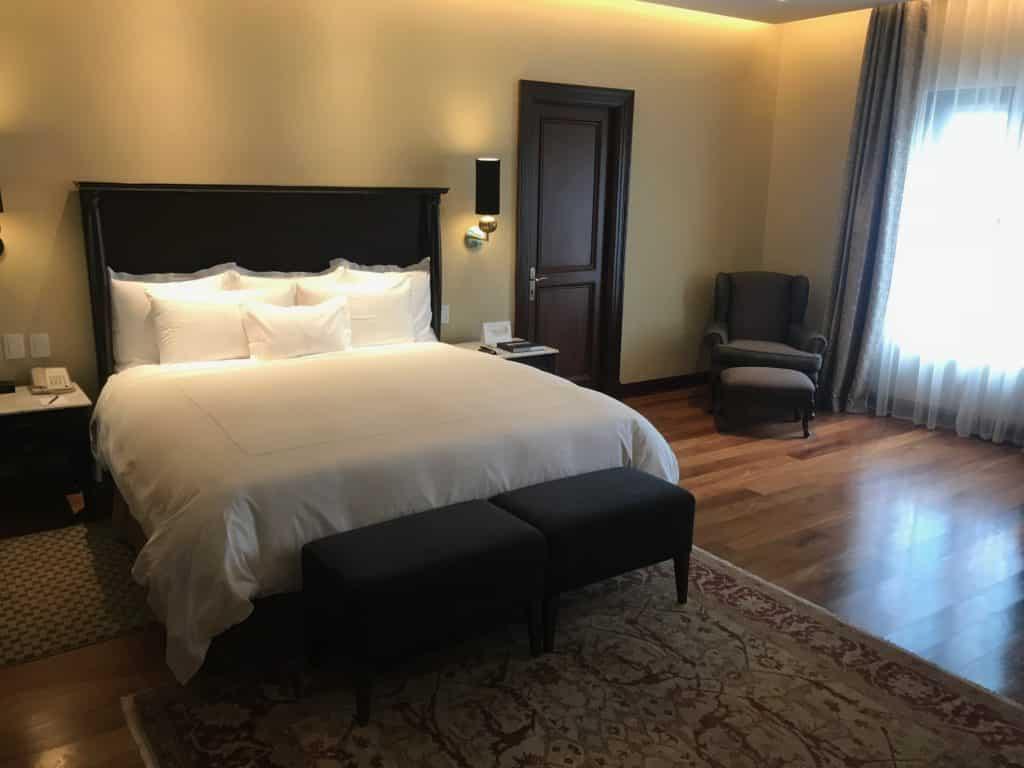 Cama king-size na suíte presidencial do Country Club Lima Hotel.