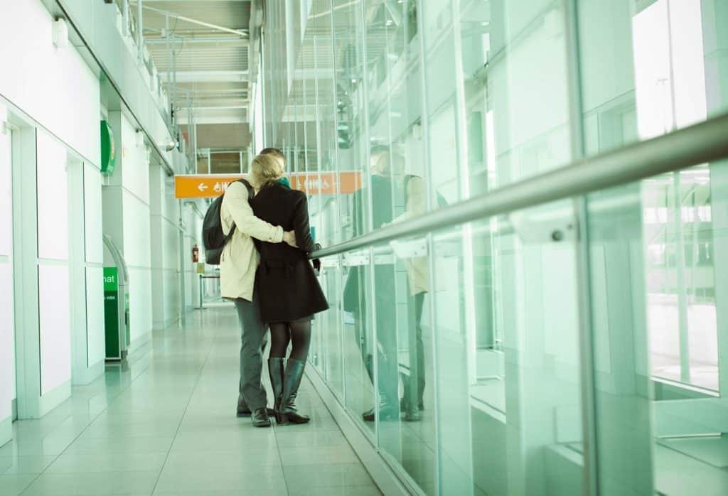 Casal beijando em aeroporto