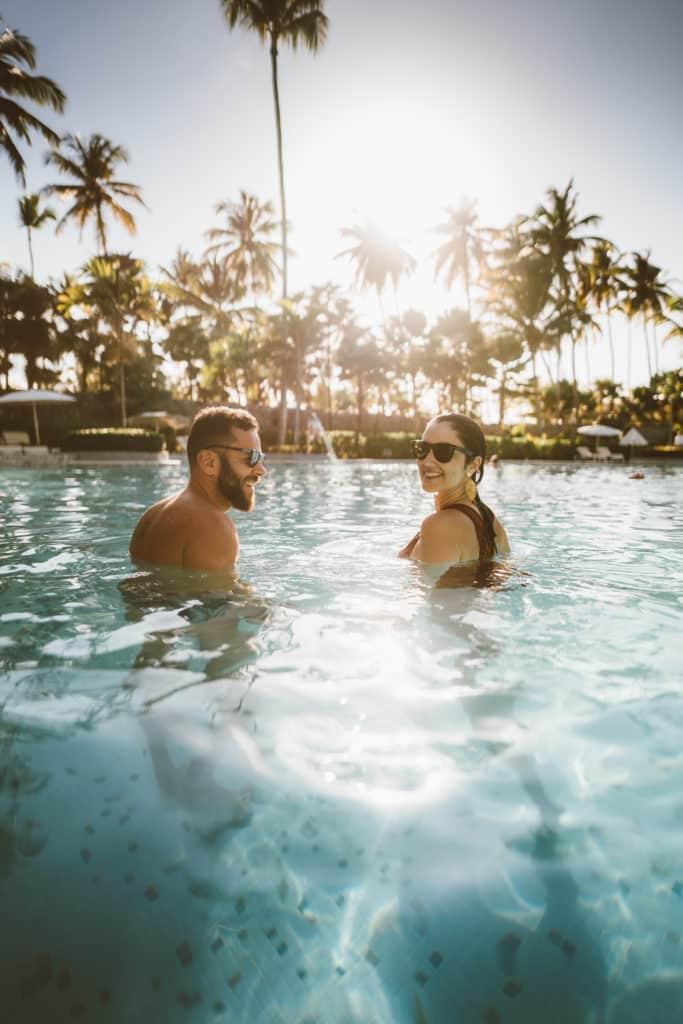 casal na piscina em lua de mel em punta cana