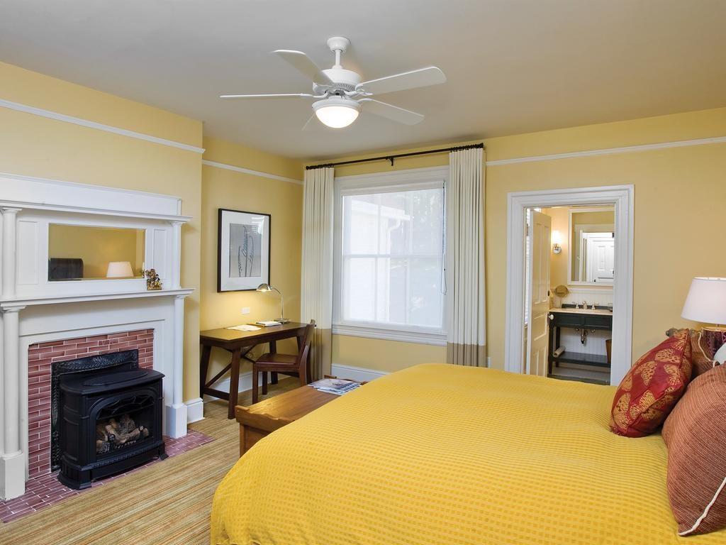 Quarto histórico com decoração amarela no resort Cavallo Point, uma opção de onde ficar em San Francisco.
