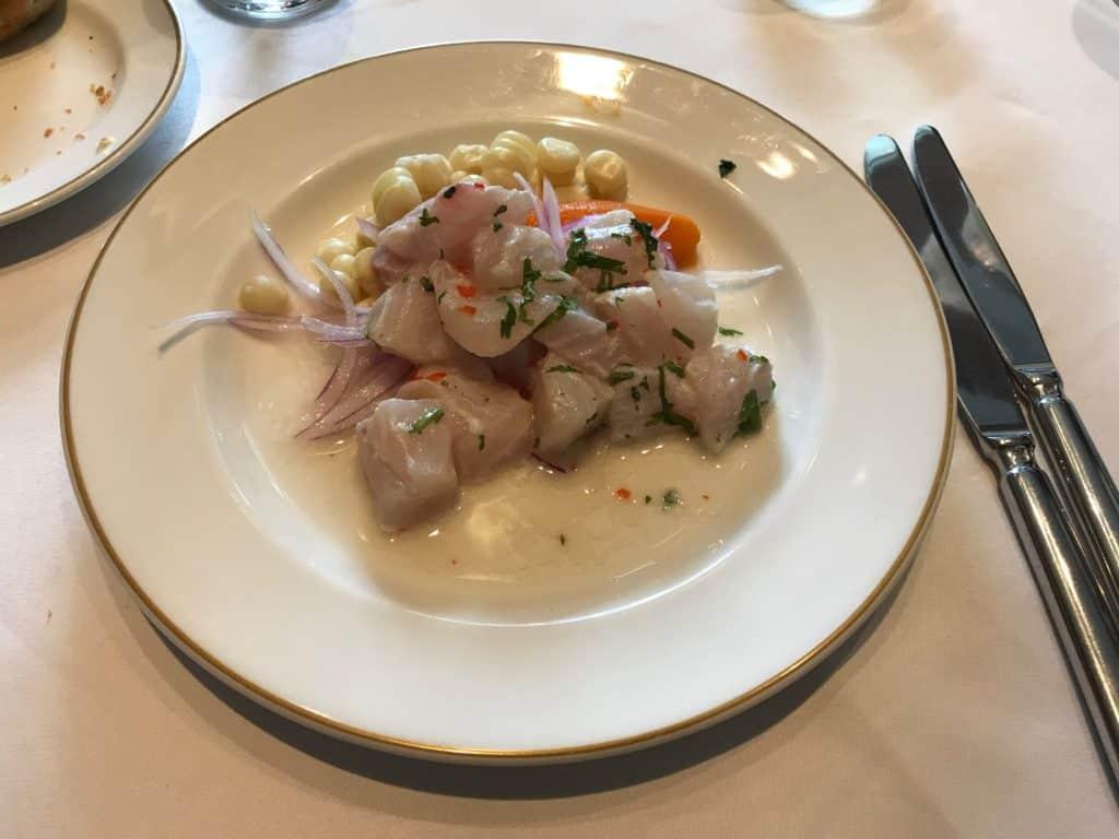 Foto de prato de ceviche tradicional, feito por chef em experiência de aula de ceviche no hotel.