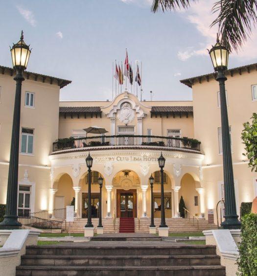 Vista da entrada do Country Club Lima Hotel, com escadaria.
