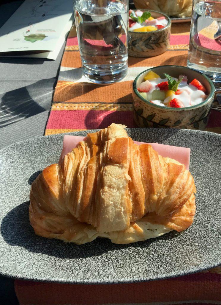 Croissant no lanche da primeira classe Inca Rail