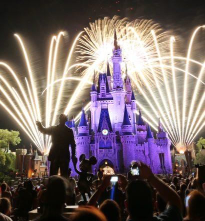 Fogos sobre o castelo da Cinderela no parque da Disney Magic Kingdom à noite.
