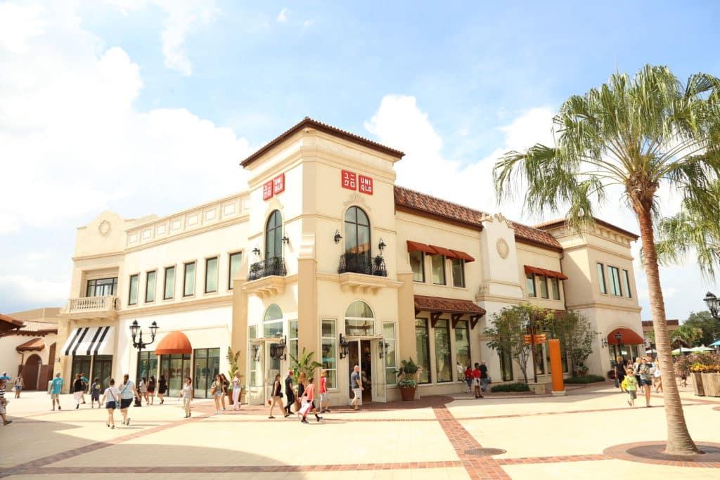 A Disney Springs em Orlando com a loja da Uniqlo ao fundo - Foto: Andrew Clerico via Flickr