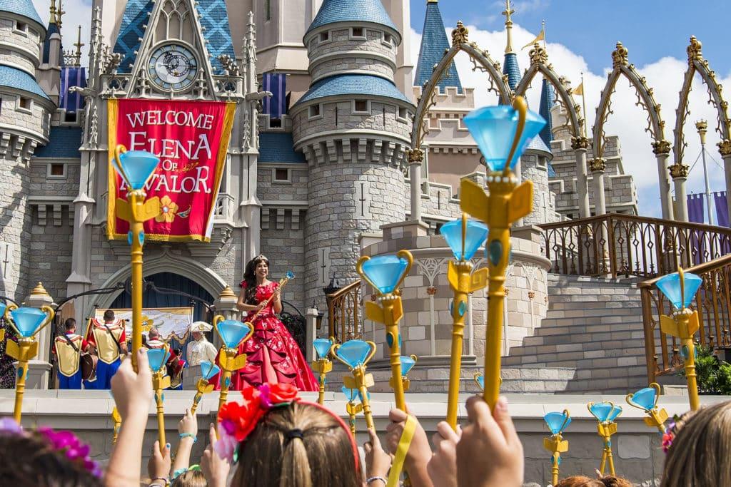 Princesa Elena de Avalor é apresentada no Magic Kingdom, em frente ao castelo da Cinderela.