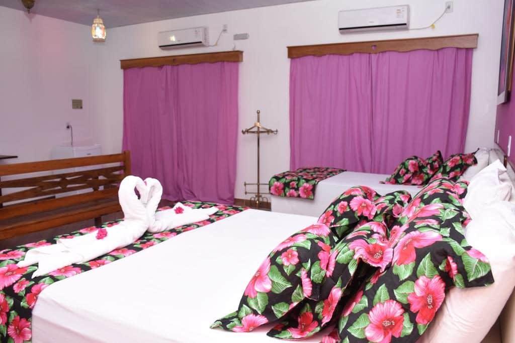 Quarto com decoração rosa na Pousada Gold em Pirenópolis