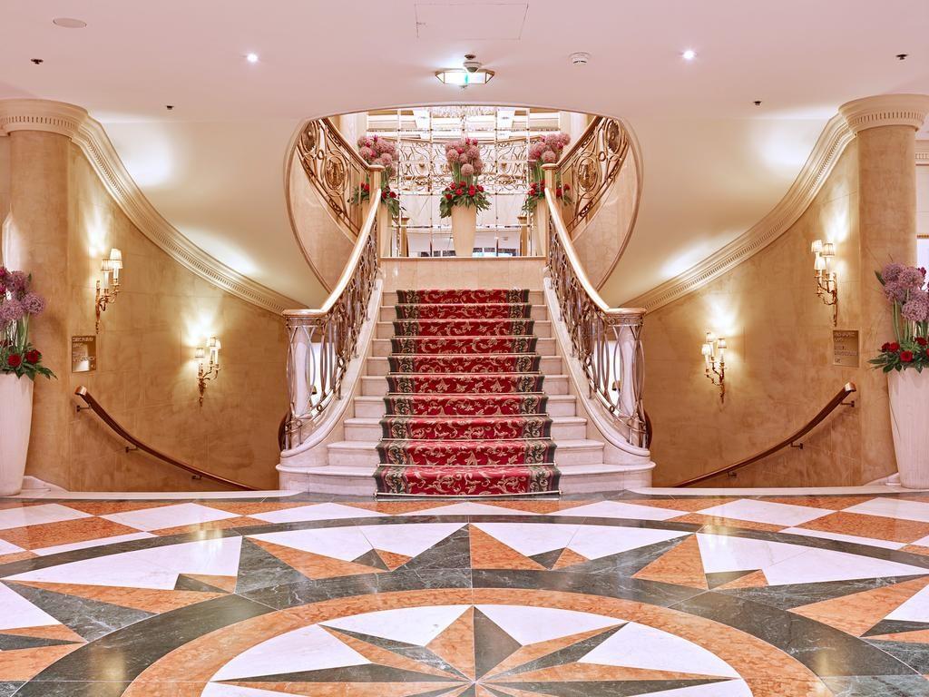 Escadaria com tapete vermelho no Grand Hotel Wien