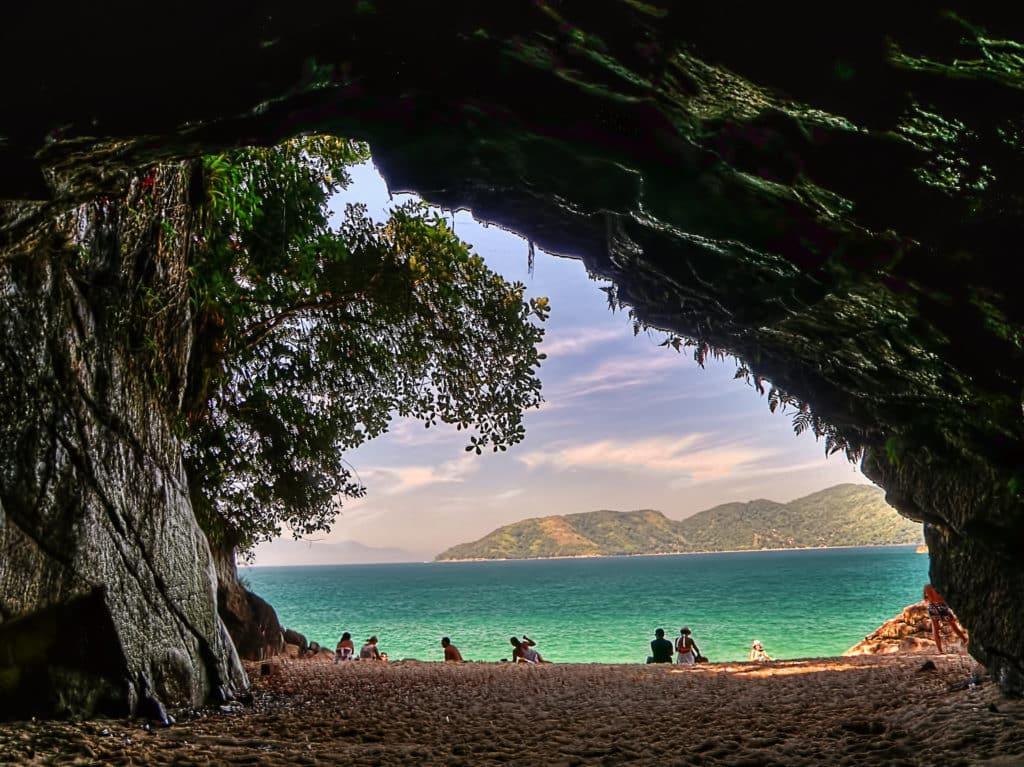 Vista do mar da Praia da Sununga, a partir de espaço na Gruta que Chora, atração do local