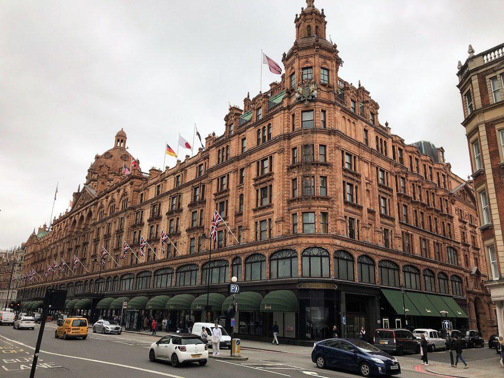A Harrods, uma das mais luxuosas lojas em Londres, são mais de 300 lojas espalhados em 7 andares - separe um sapato confortável para bater perna por lá.