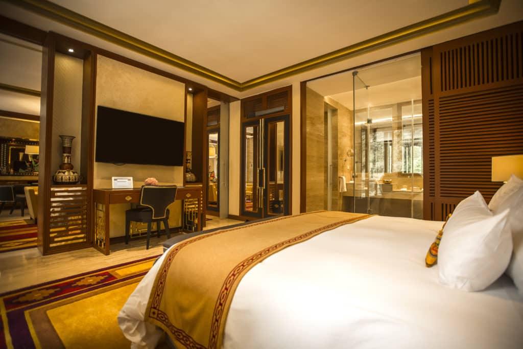 Cama ampla da Imperial Suite do Sumaq Machu Picchu, com TV plana e grande espaço disponível