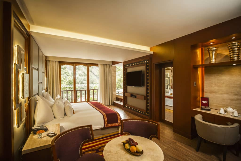 Quarto Junior Suite Deluxe com mais espaço e bela vista do rio Urubamba da varanda.