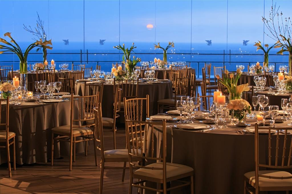 Restaurante com vista para o oceano no JW Marriot, um dos hoteis de luxo de Lima.
