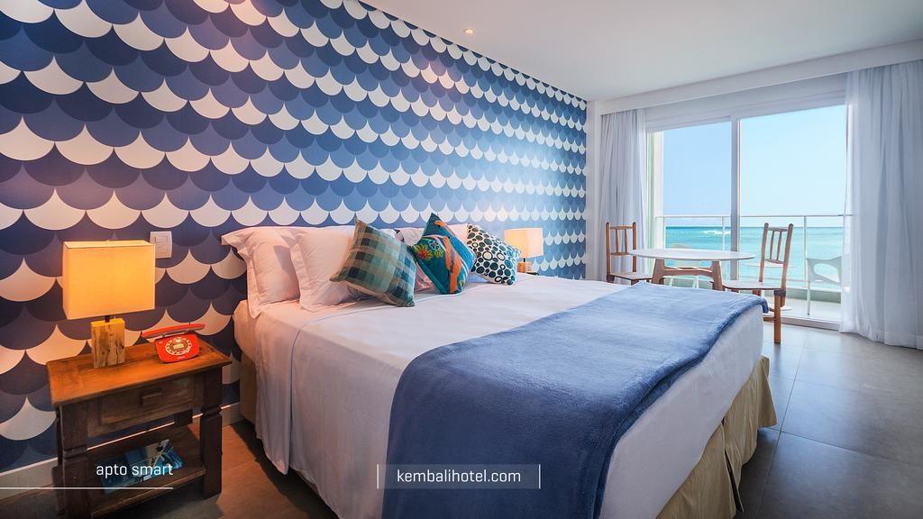 quarto azul no Kembali Hotel