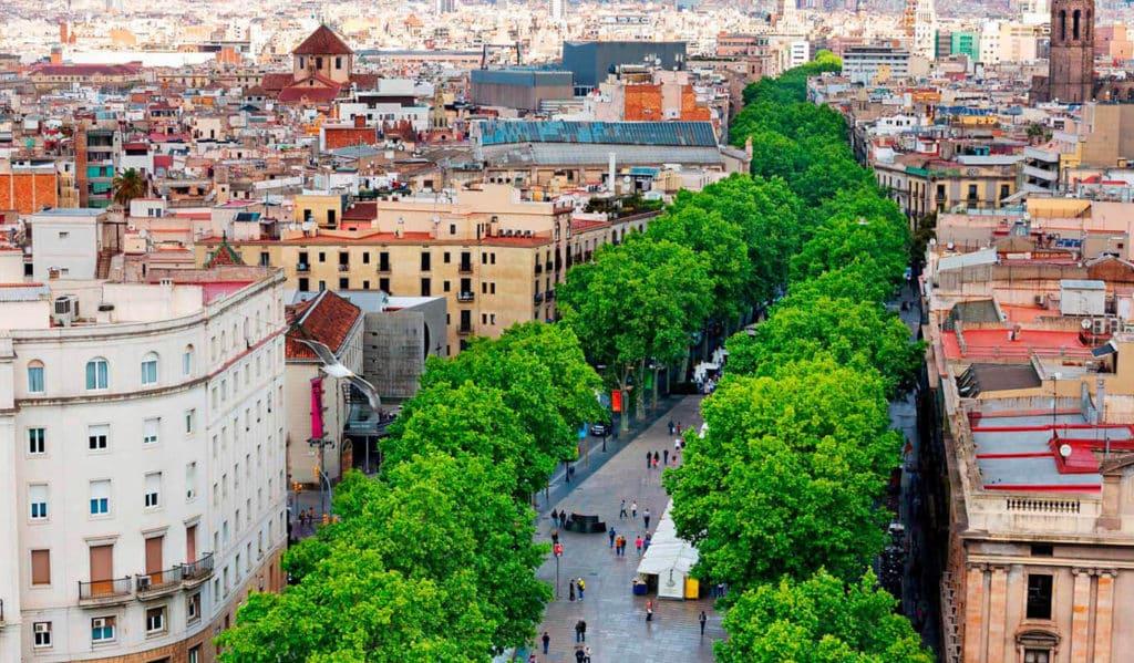 Las Ramblas em Barcelona - lugar super turístico e próximo a estação de metrô - Foto: laramblabarcelona.com