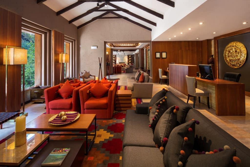 Almofadas de tecido típico do Peru e pompons coloridos no lobby do hotel Sumaq