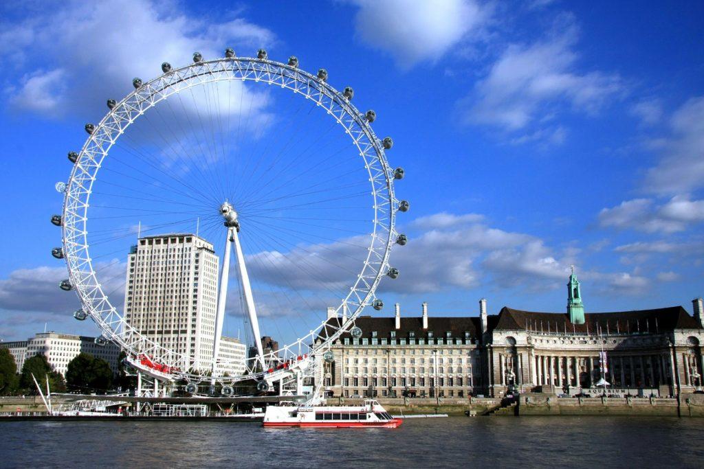 A London Eye  bem ao lado do Rio Tamisa - precisa estar na sua lista de o que fazer em Londres.