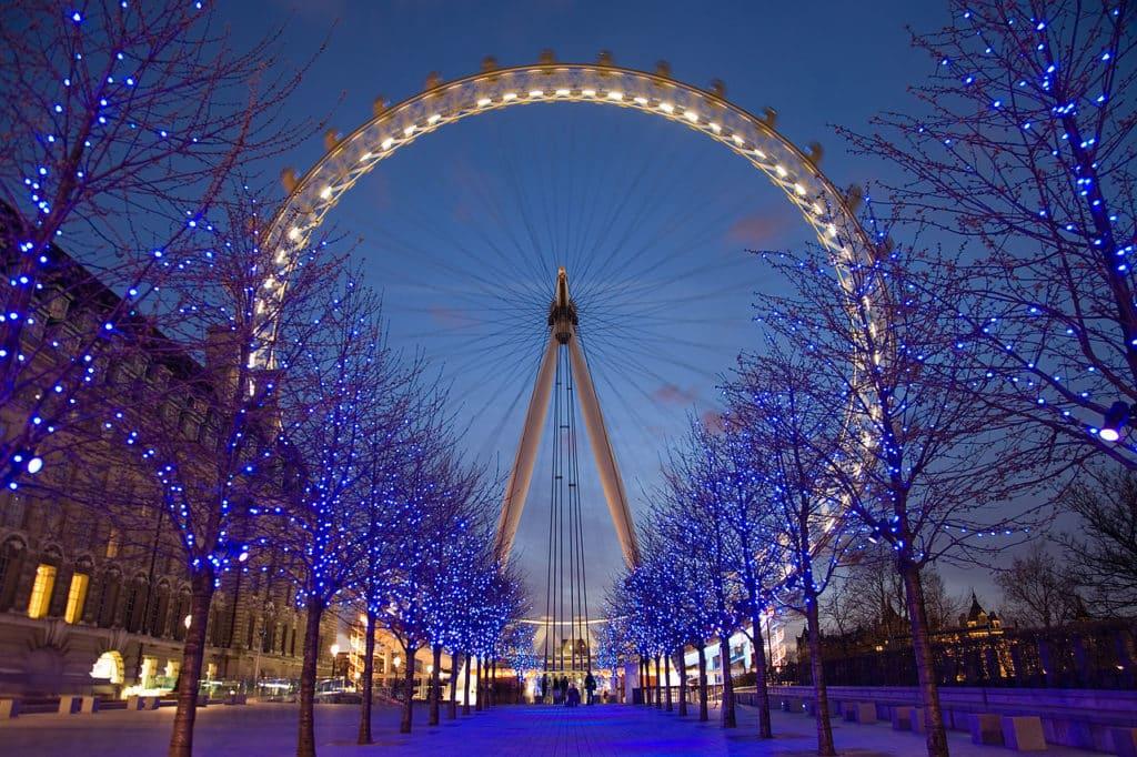 Árvores com luzes em frente à London Eye