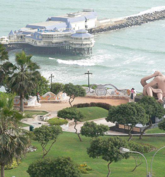 Vista aérea do Parque do Amor em Lima, do píer, parte do mar e da estátua El Beso
