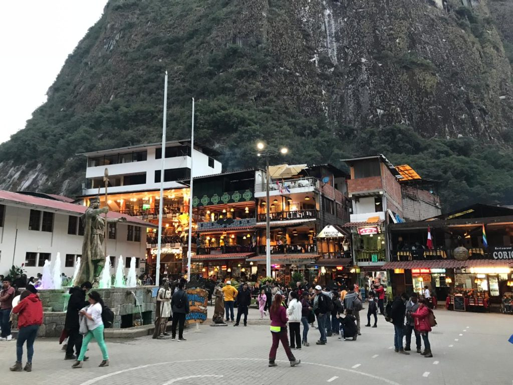 Parte da praça no centro de Machu Picchu Pueblo