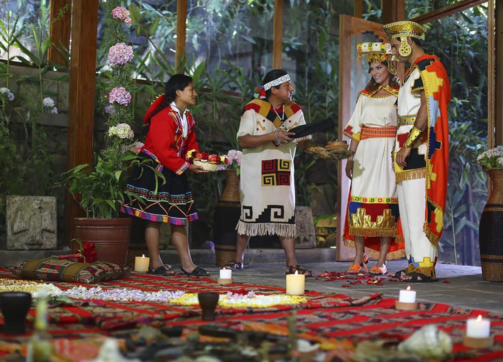 Noivos e funcionários do Sumaq Machu Picchu em trajes típicos enquanto realizam cerimônia de matrimônio andino