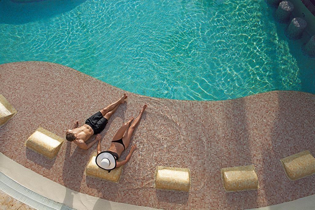 Now Larimar Punta Cana piscina com casal aproveitando a água