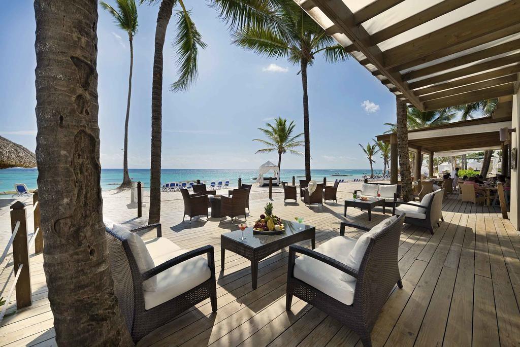 Ocean Blue & Sand Beach Resort bar com vista para o mar