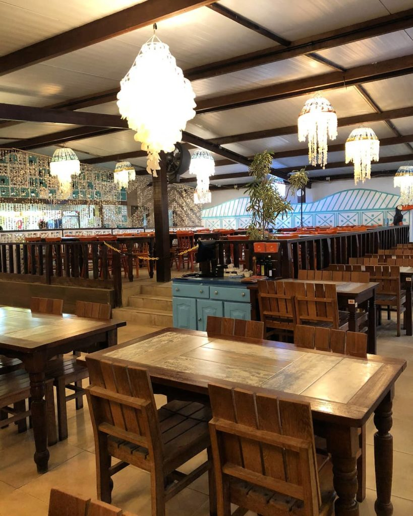Restaurante peixe na telha em porto de galinhas - mesa com decoração, ideal para casais em lua de mel