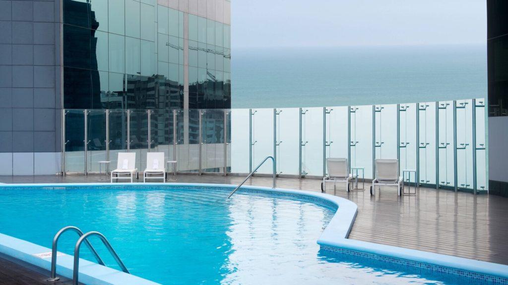 Um dos melhores hotéis de luxo em Lima, o JW Marriott tem uma bela piscina com vista para o mar.